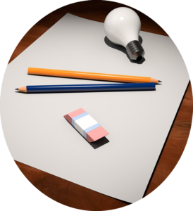 Feuille de papier blanche, crayon en papier et ampoule de l'inspiration