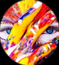 Une femme se tient la main devant le visage avec la peau couverte de peinture
