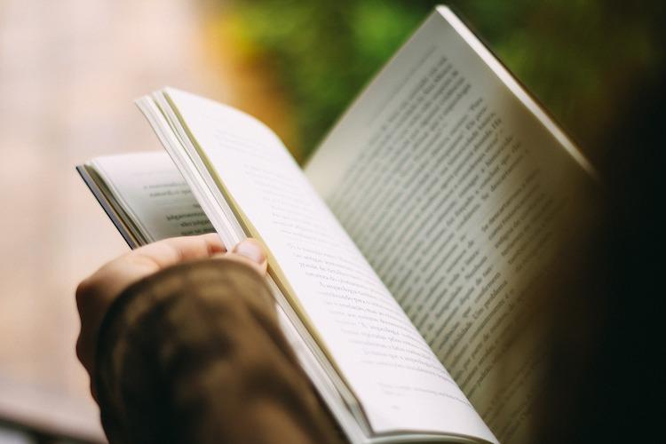 Livre ouvert à la moitié, lecture pour le Miracle Morning