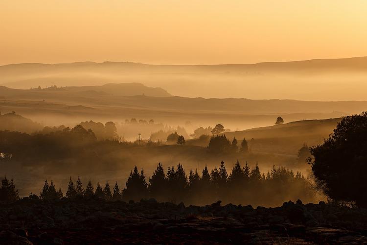 Lever de soleil sur la campagne avec du brouillard